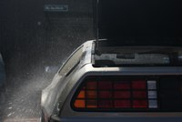 Julien gaat back to the future met een DeLorean